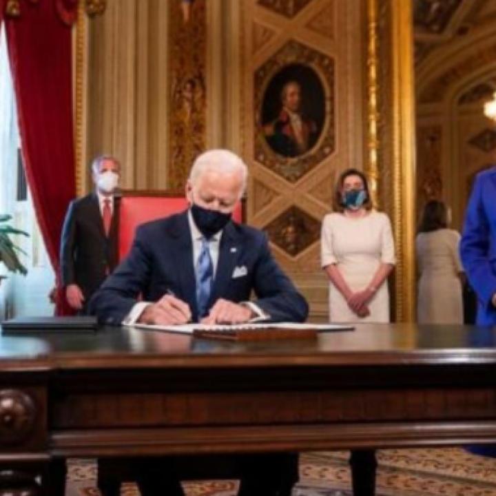 الرئيس الأميركي جو بايدن يبدأ يومه الأول بإجراءات واسعة تشمل المناخ والهجرة والطاقة