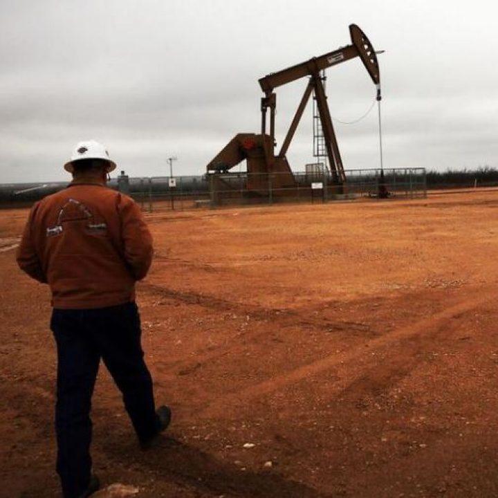 النفط يتراجع في ظل تفوق مخاوف الطلب على اضطراب الملاحة في قناة السويس